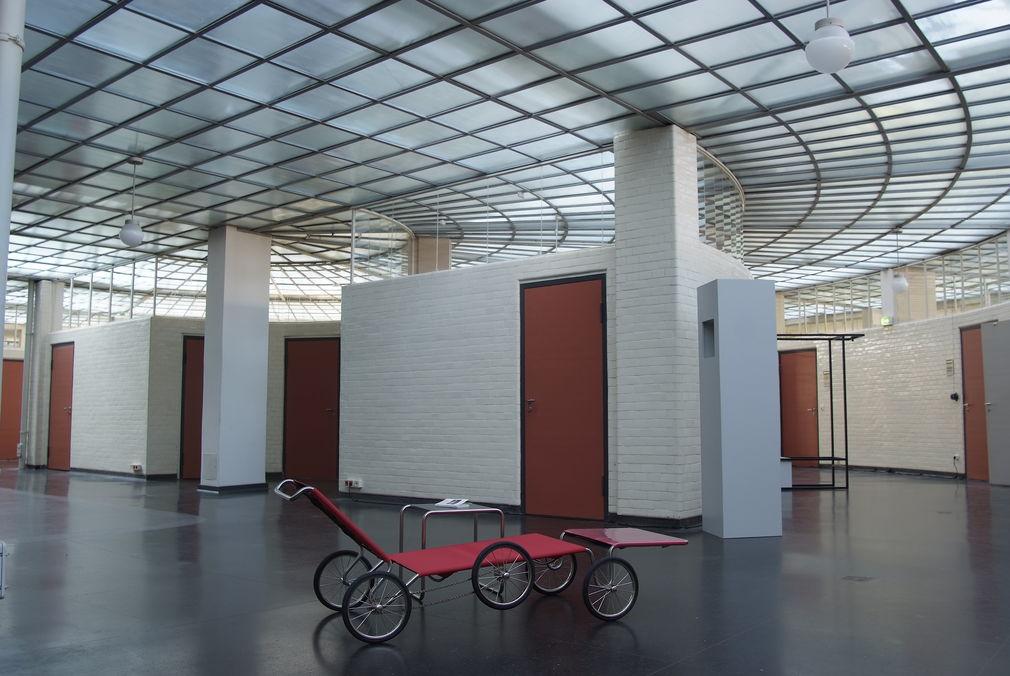 dramatisches weises interieur design beeinflusst escher